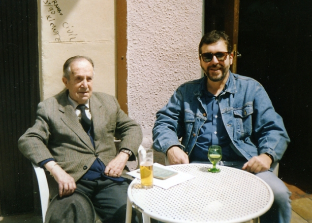 Con don Inocencio Ruiz, a la  puerta de su tienda_Mayo 93