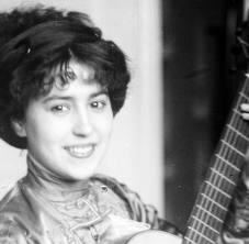 Elvira de Hidalgo con guitarra