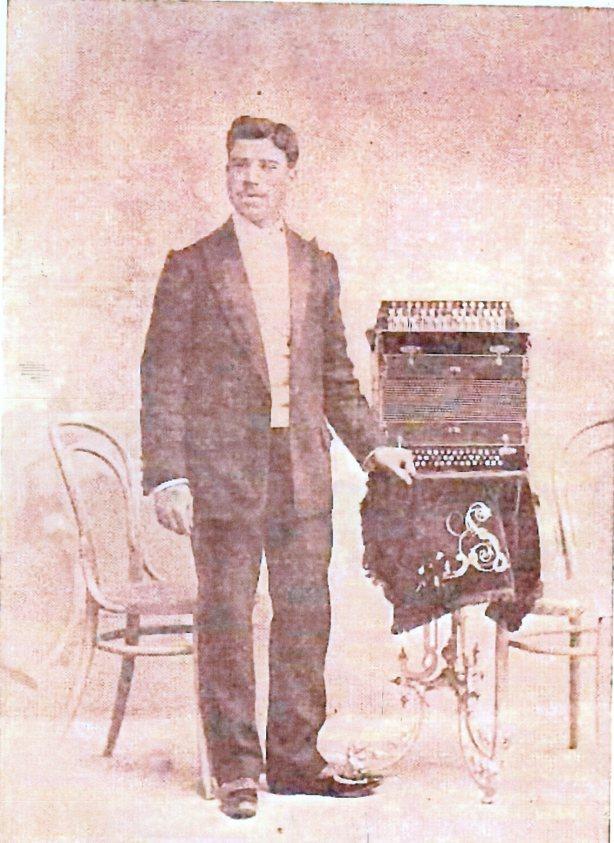Sanz Vila, Enrique con el acordeón-armónium