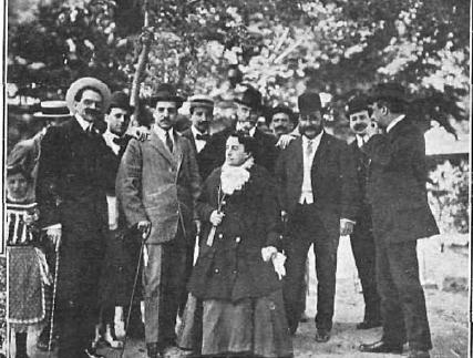 Madame Pimentón con los organizadores del banquete
